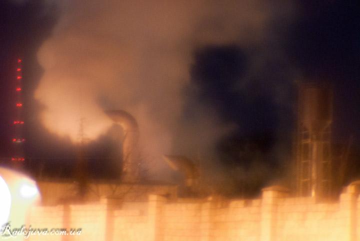 Фотография на монокль. Дым из труб ночного города