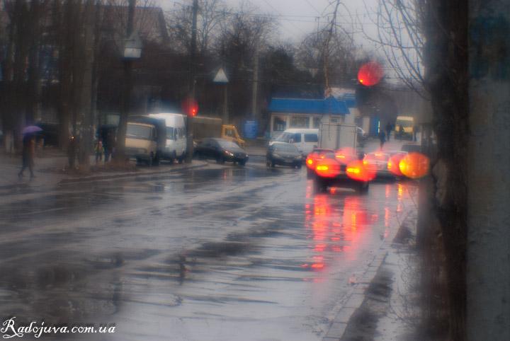 Фотография на монокль. Улица после дождя. Яркие сферические абберации