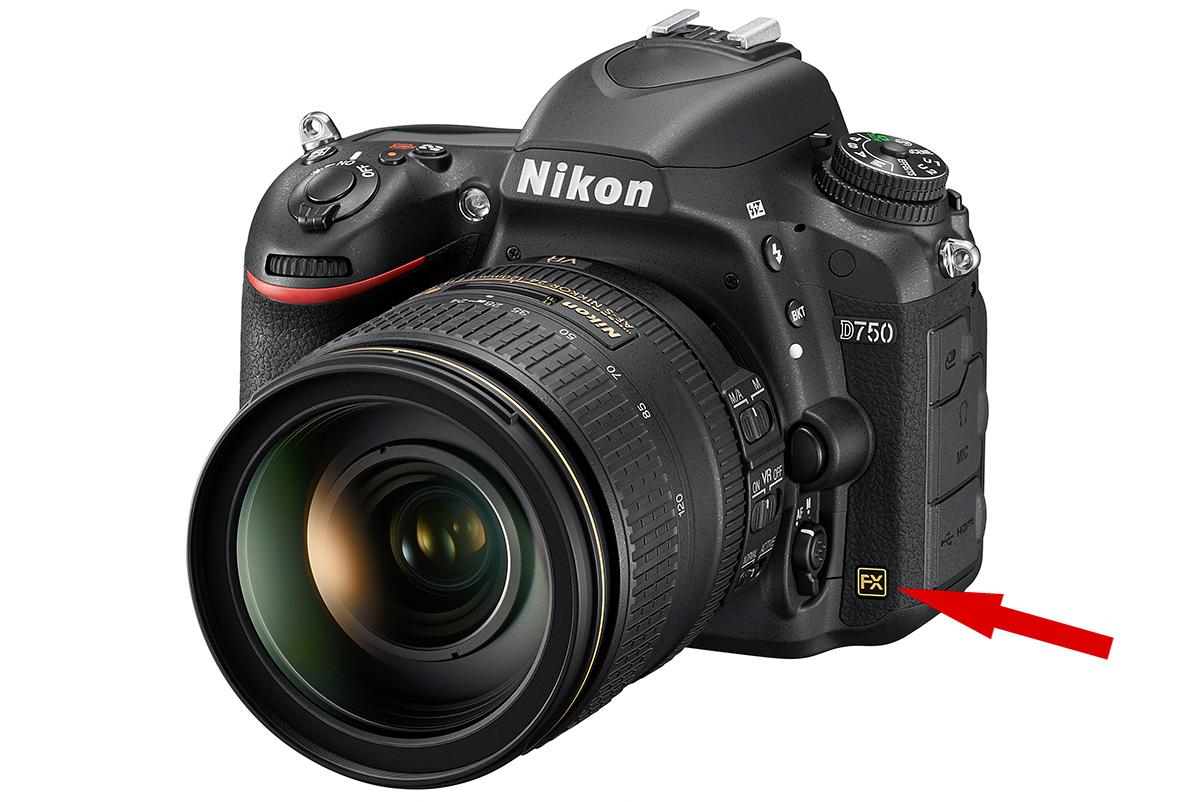 Полноформатный фотоаппарат Nikon D750 имеет маркировку 'FX' на своем корпусе. Здесь он показан вместе с полноформатным оъективом Nikon N AF-S Nikkor 24-120mm 1:4G ED VR SWM IF Aspherical Nano Crystal Coat