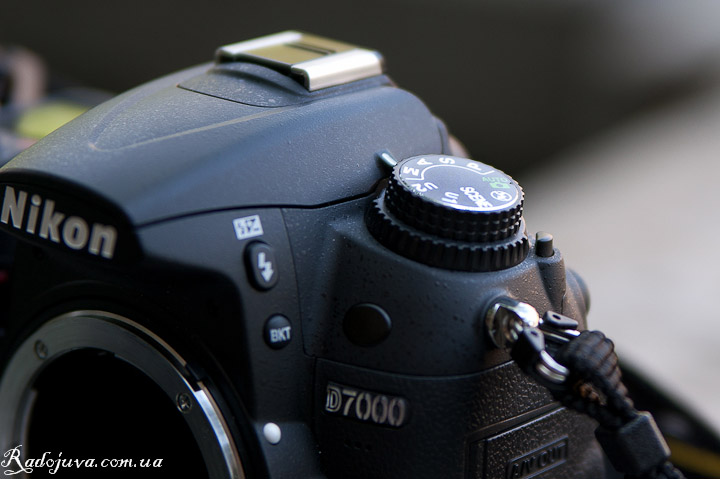 Обзор Nikon D7000 body. Переработанный селектор управления режимами съемки.