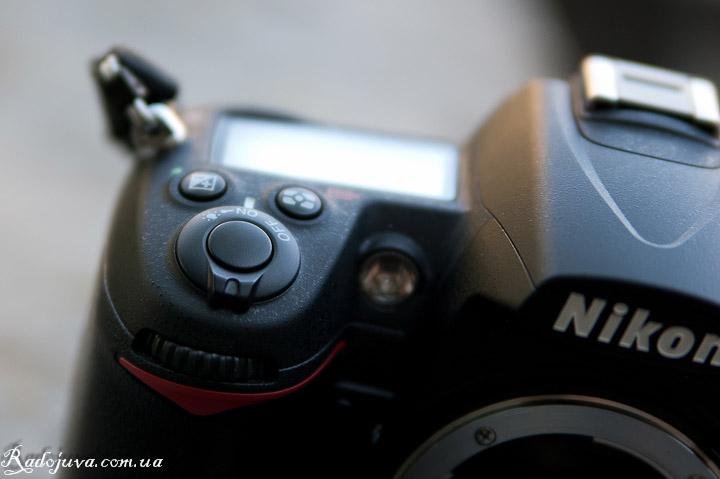 Черная кнопка спуска на Д7000. Вид кнопки спуска затвора и монохромного дисплея.
