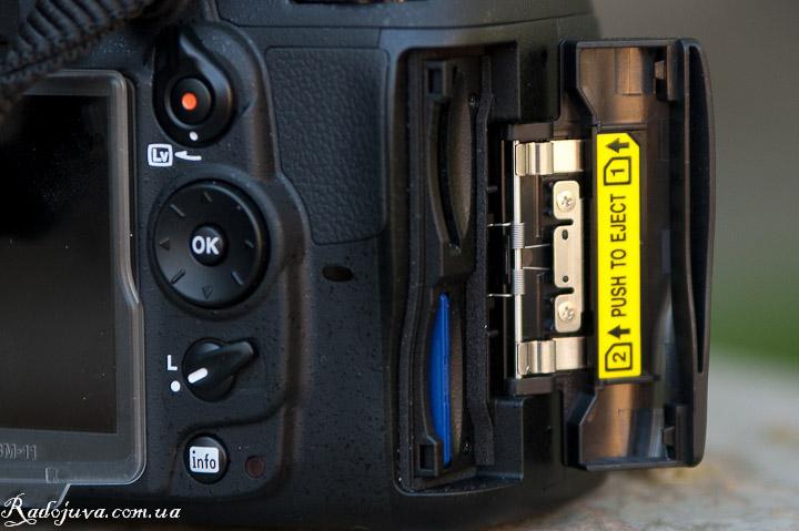 Два слота для карт памяти на D7000