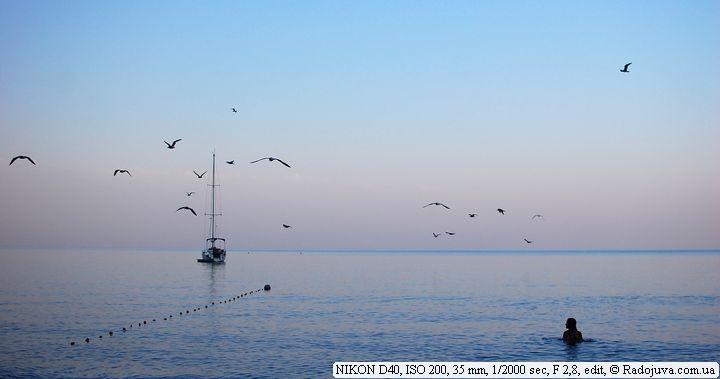 Пейзаж. Линия горизонта делит фото не по центру. Небо занимает две трети снимка.