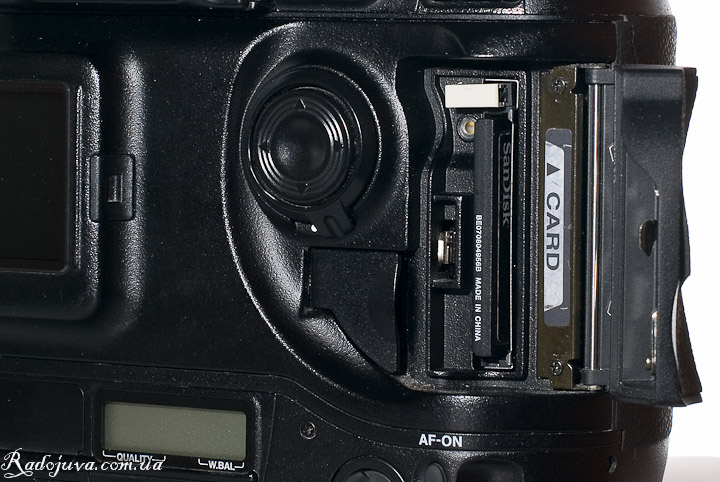Вид Nikon D1H. Отсек батарей