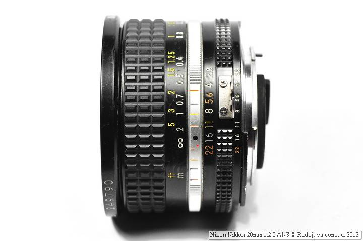 Вид объектива Nikon Nikkor 20mm F/2.8 AI-S сбоку