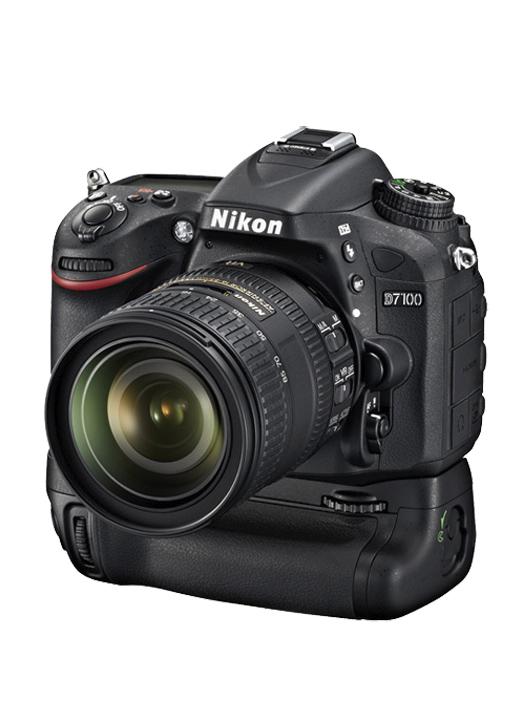 Nikon D7100 с батарейным блоком и объективом 16-85VR