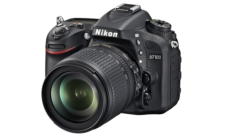 Так выглядит Nikon D7100 с китовым объективом Nikon 18-105mm 1:3.5-5.6G ED Nikkor VR AF-S SWM DX IF Aspherical из комплекта поставки