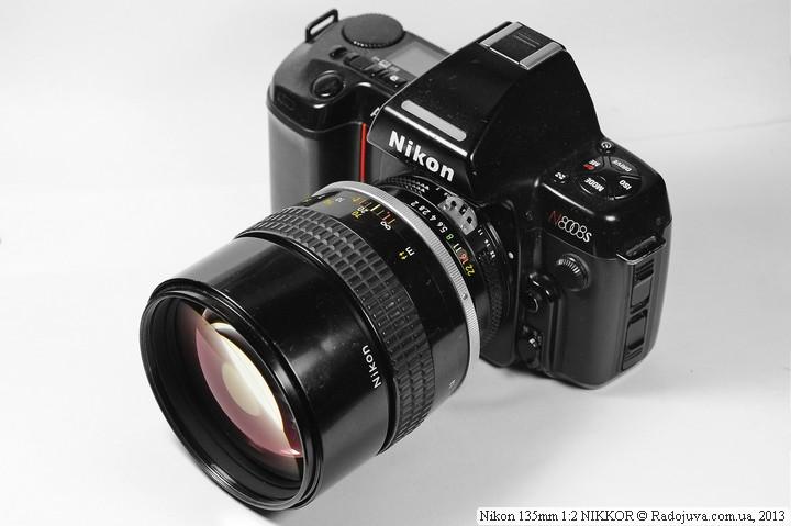 Объектив Nikon 135mm F2 NIKKOR на пленочной камере