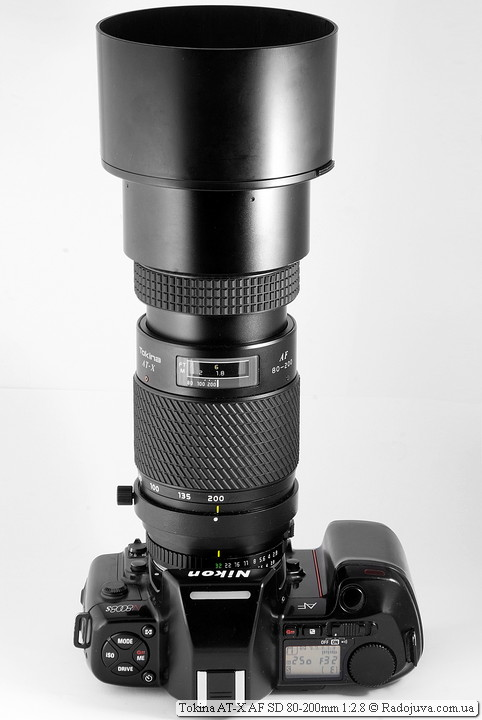 Вид Tokina AT-X AF SD 80-200mm 1:2.8 с одетой блендой