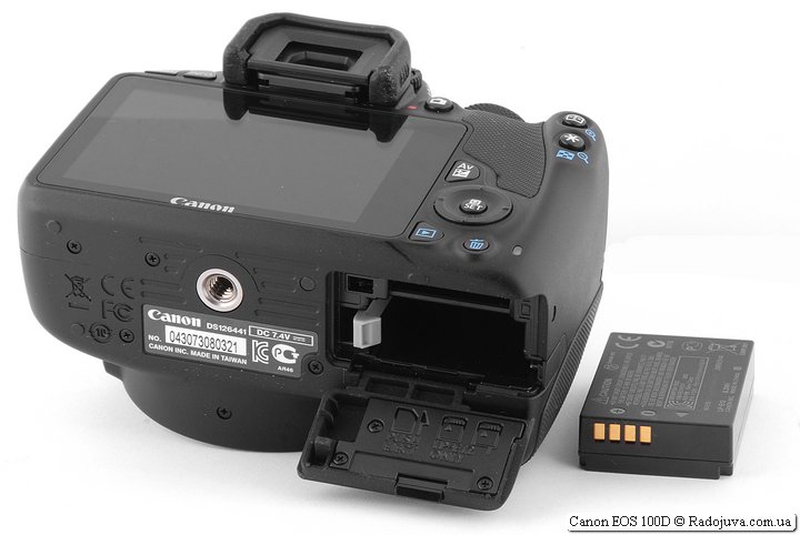 Canon 100D, отсек для батаерии карты памяти. Вид батареии.