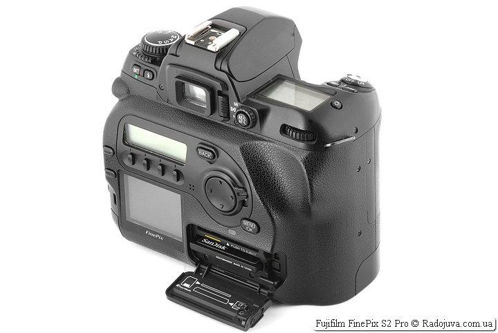 Fujifilm FinePix S2 Pro, отсек для карт памяти