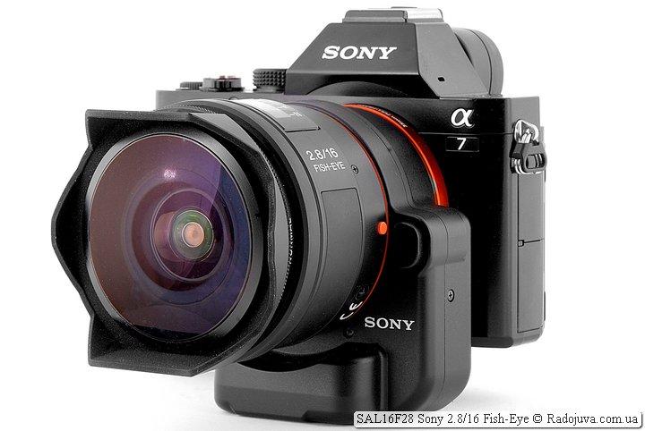 Вид объектива Sony 2.8/16 Fish-Eye SAL16F28 на камере Sony a7 с использованием переходника Sony LA-EA4