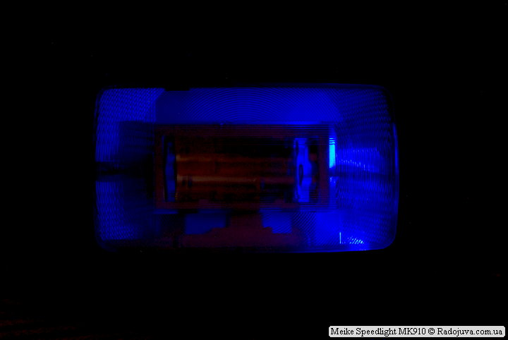 Та самая зловещая подсветка основной лампы. Вспышка снята с камеры, без батареек, в выключенном состоянии