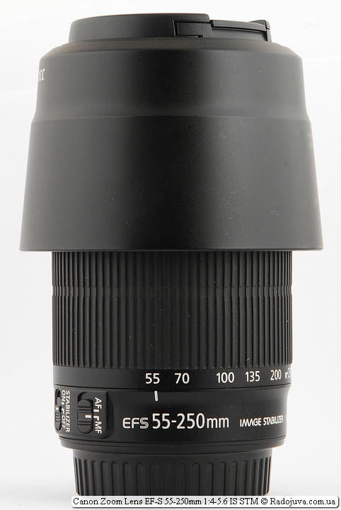 Canon Zoom Lens EF-S 55-250mm 1:4-5.6 IS STM с блендой, установленной в режиме транспортировки