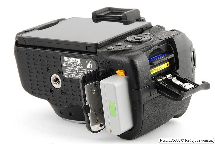 Батарейнык отсек и отсек для карт памяти на камере Nikon D5300