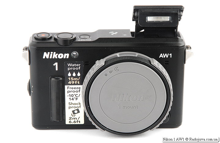 Nikon 1 AW1 с байонетной крышкой. Крышка имеет дополнительное черное кольцо.