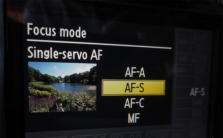 Так выбирается режим фокусировки на многих любительских камерах Nikon