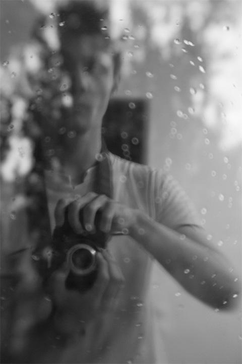 Отражение с стекле ( картинка размытия предфокала создано капельками на стекле), F/3.5
