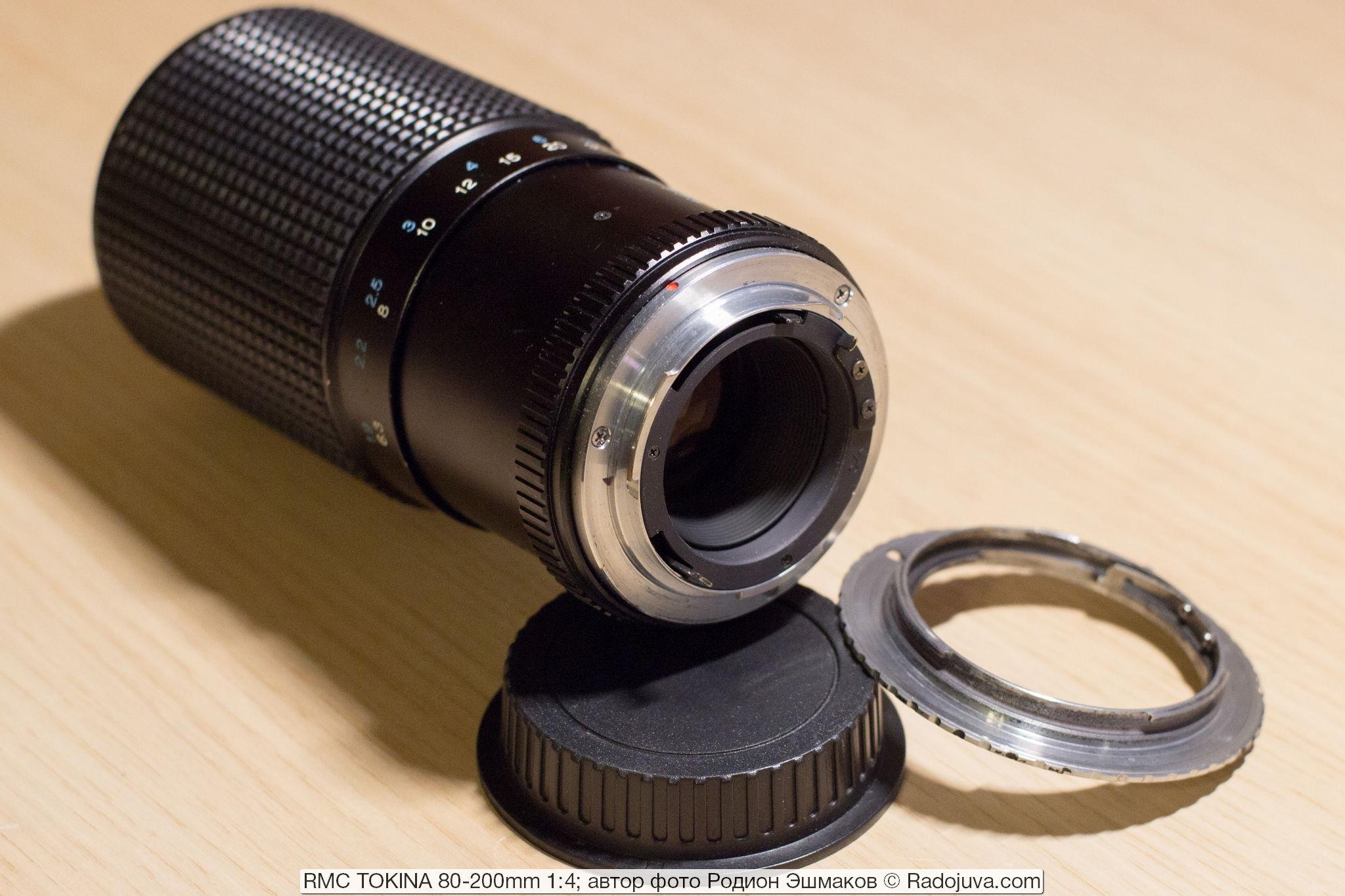 Вид на объектив со стороны байонета. Задний блок линз утоплен в корпус. Рядом – переходник C/Y-Canon EF, позволяющий полноценно использовать объектив на камерах Canon EOS.