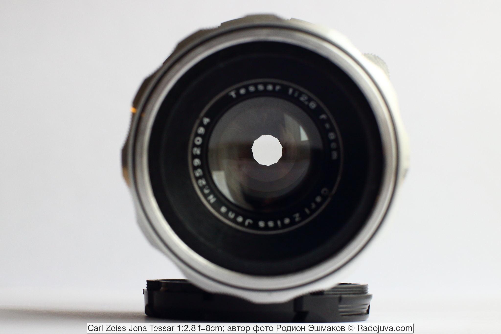 Вид объектива на просвет с прикрытой диафрагмой.