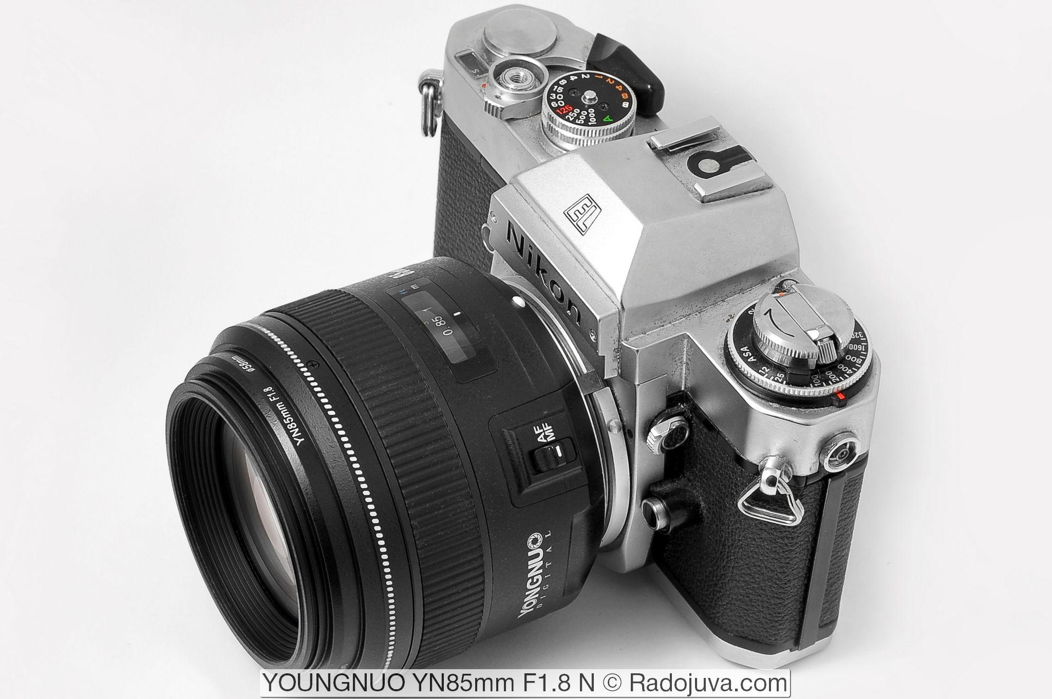 Yongnuo YN 85mm F1.8 N. Объектив показан на пленочной зеркальной камере Nikon EL2.