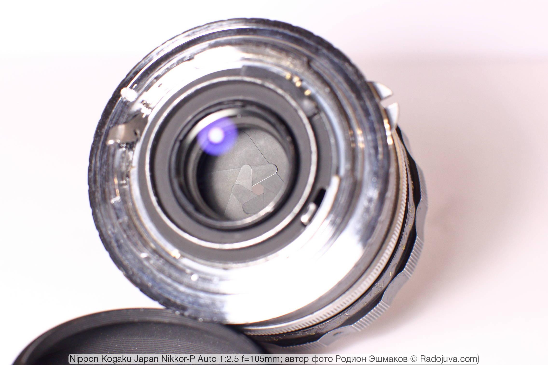 Вид диафрагмы объектива со стороны байонета с установленным переходник Nikon F-EOS. Нетрудно отметить небольшой размер задней линзы объектива.