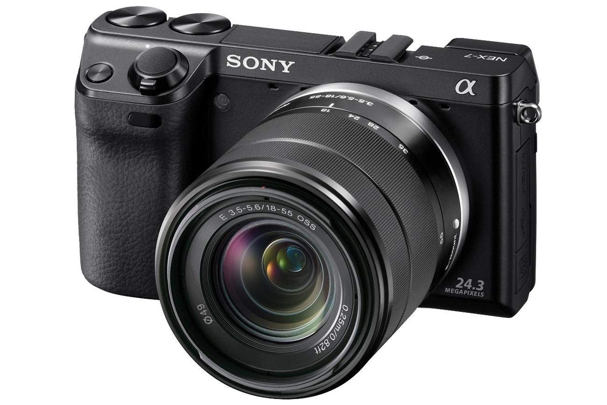Sony E 3.5-5.6/18-55 OSS. Объектив показан на камере Sony NEX-7