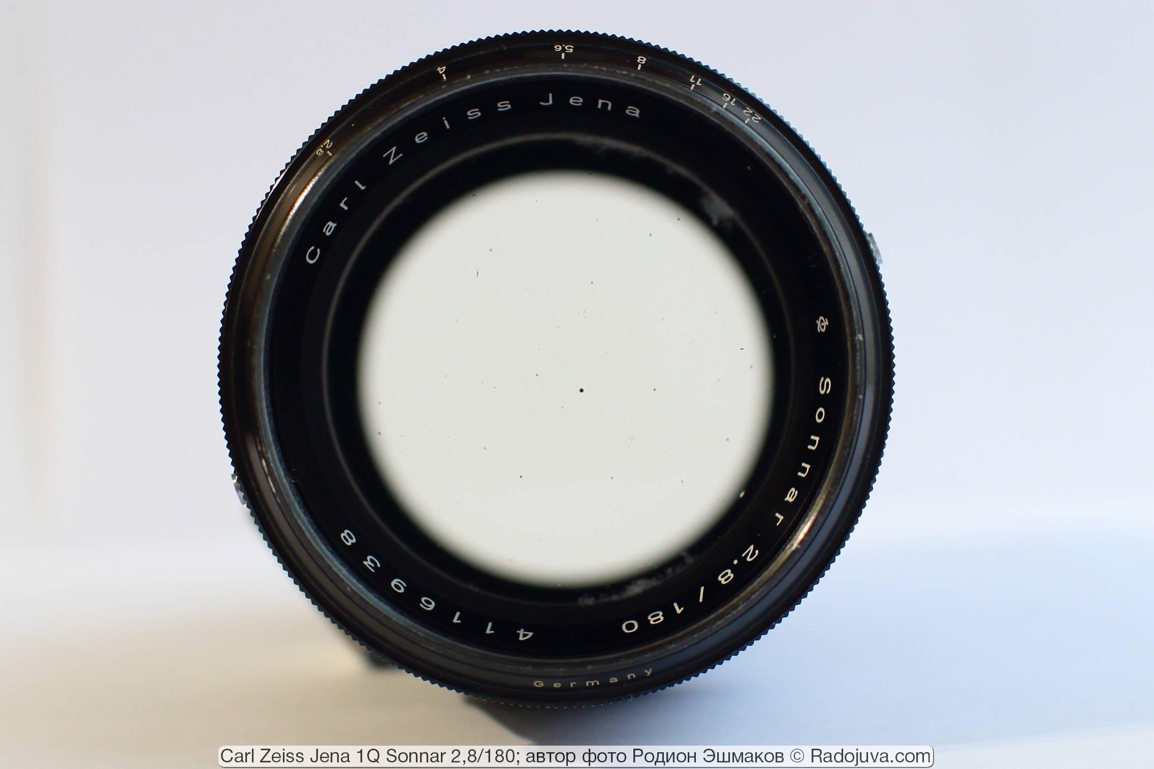 Вид объектива на просвет. Видны пузырьки в стекле – распространенное и нормальное явление для оптики первой половины 20 века.