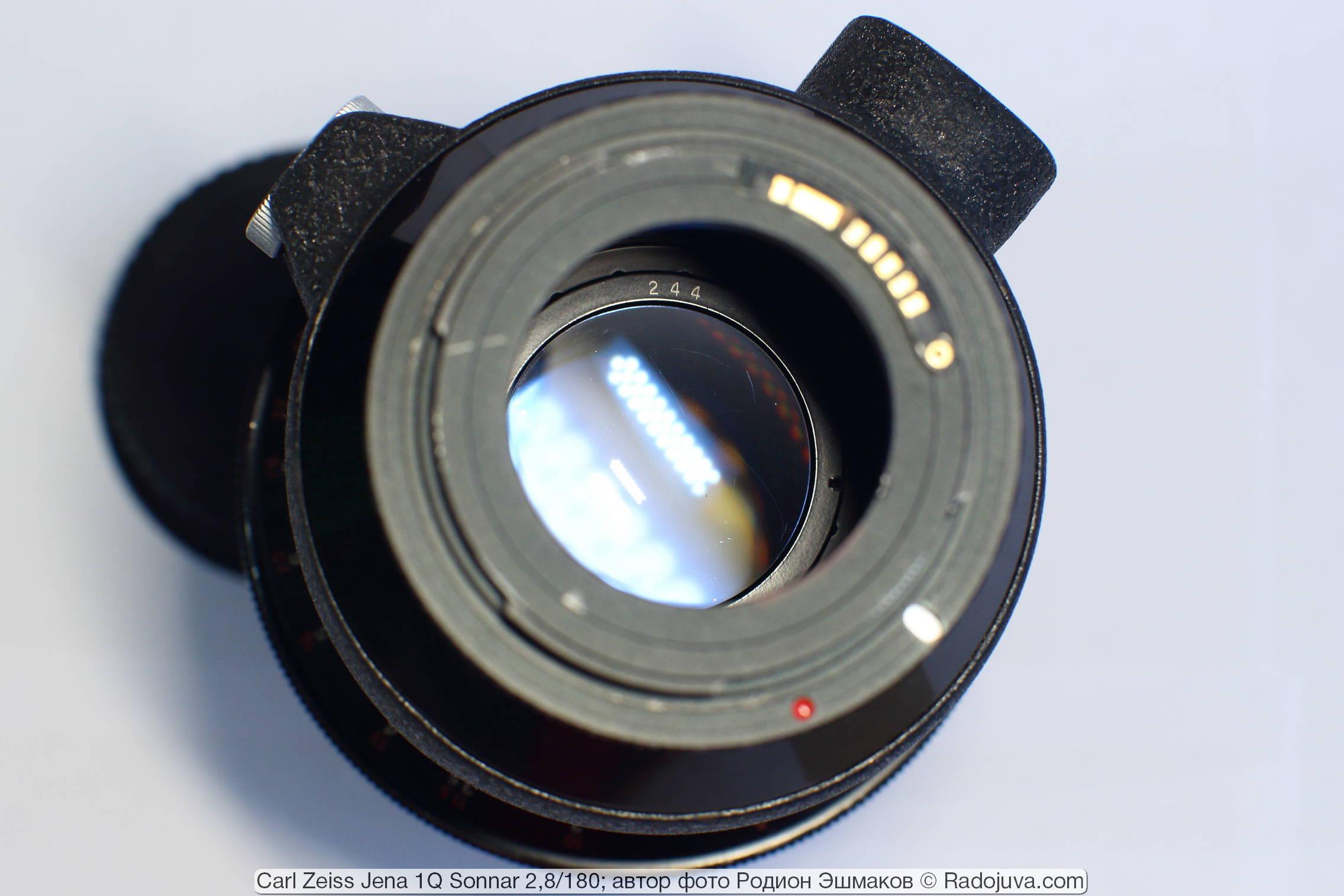 Вид задней линзы объектива с накрученным кольцом М42-EOS. Задняя линза имеет свой номер.