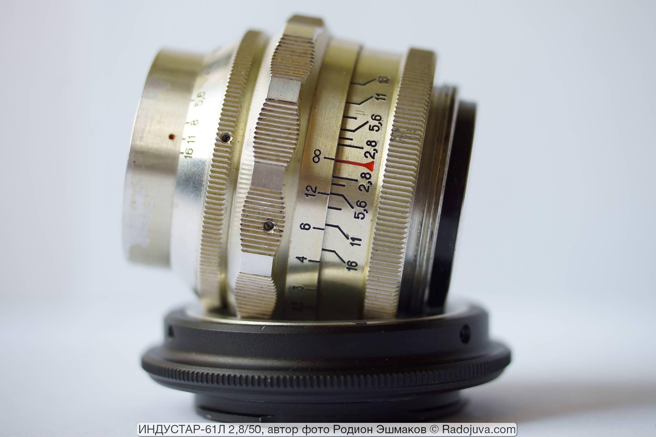Корпус объектива имеет золотистый оттенок из-за пожелтевшего лакового покрытия.