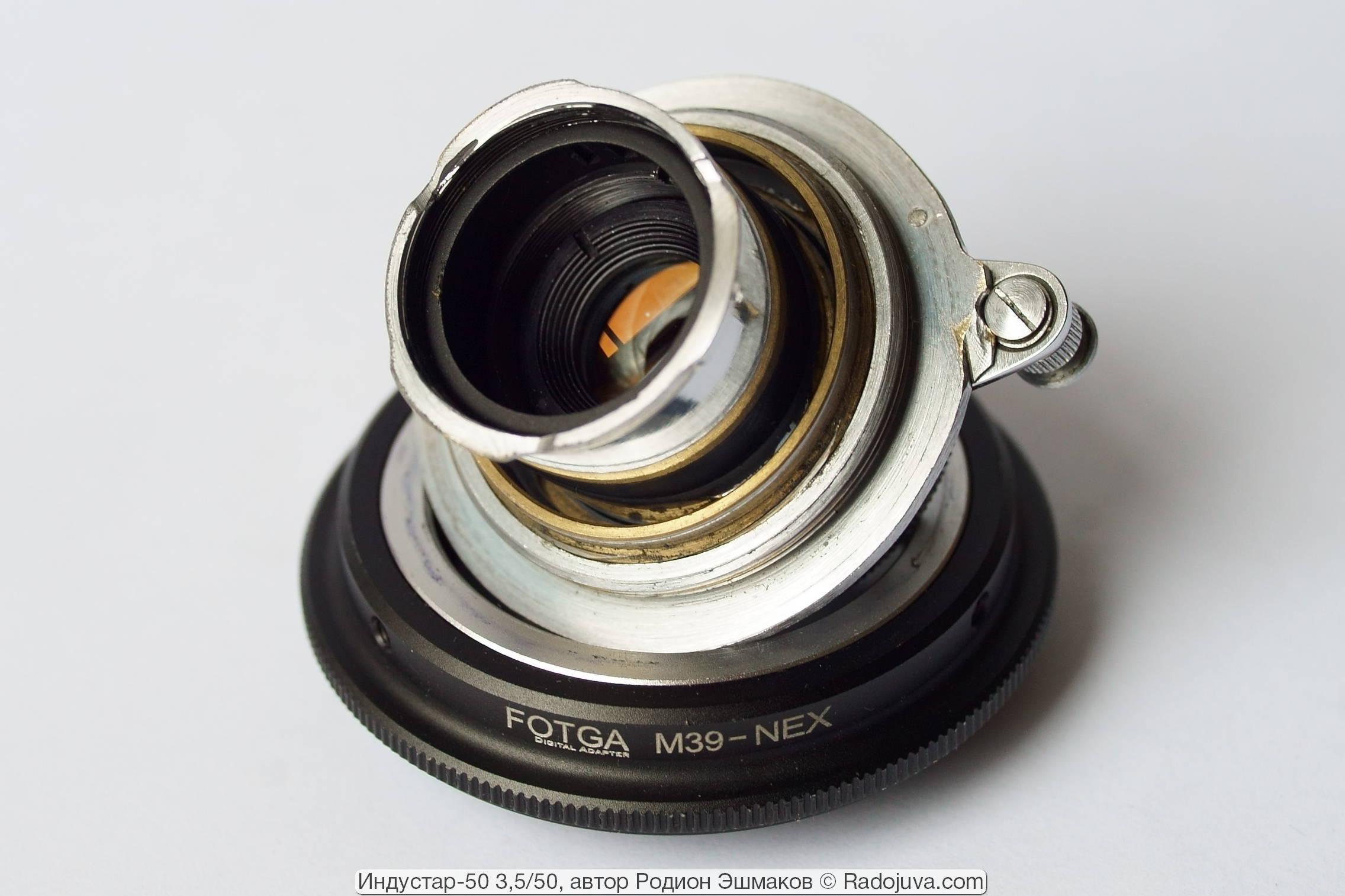 Сзади хорошо видно расстояние, на которое выдвигается вглубь камеры хвостовик объектива.