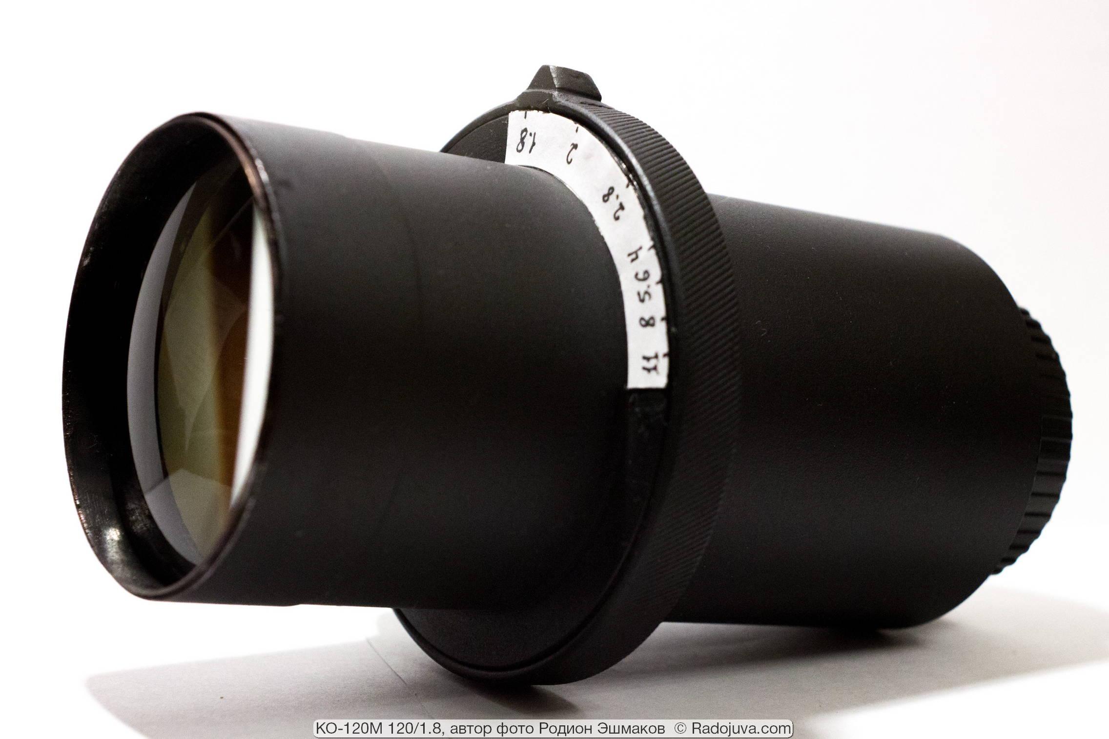 Характерный вид адаптированного апланата с утолщением на корпусе, в котором размещена многолепестковая диафрагма большого диаметра.