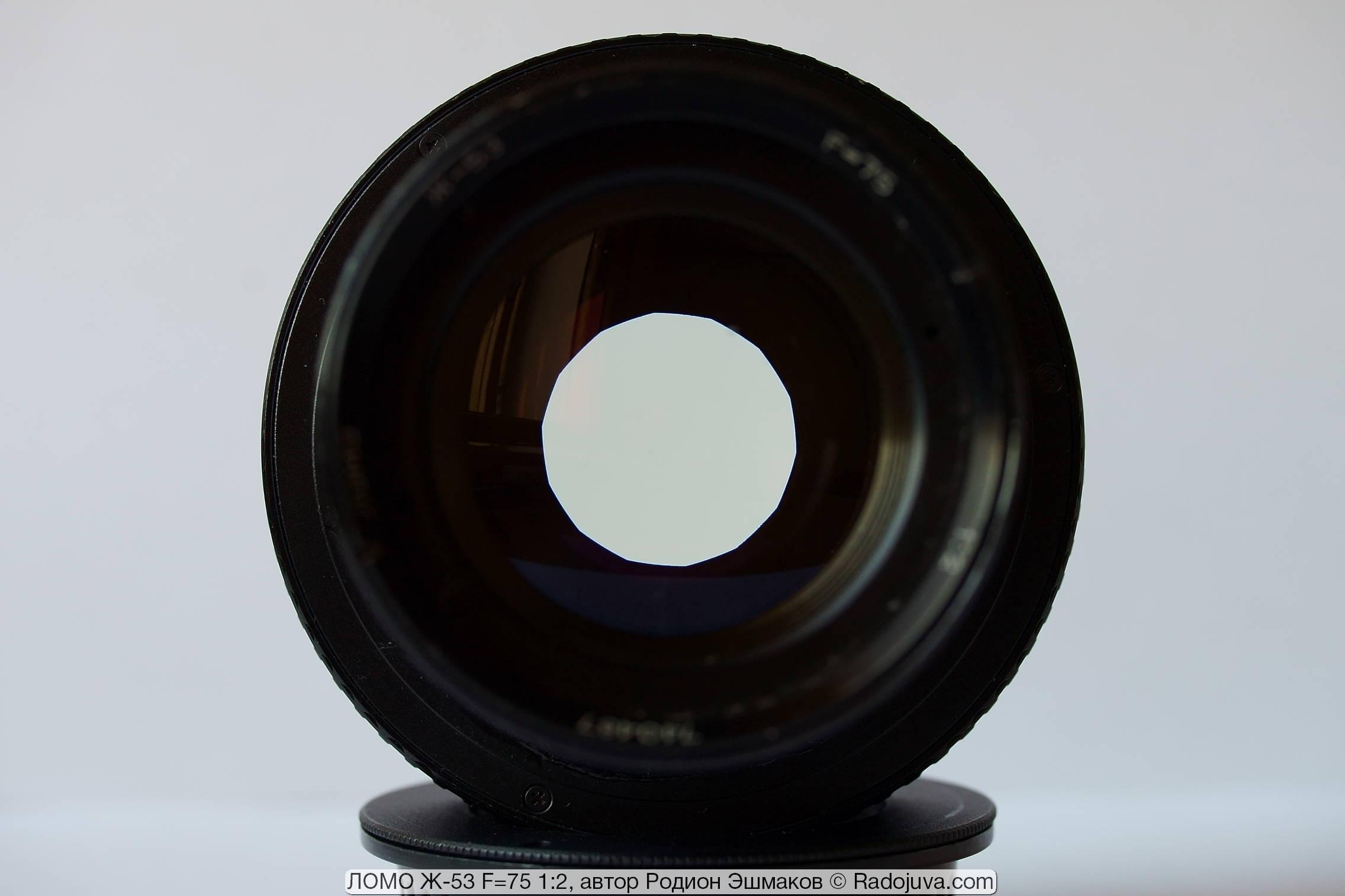 Круглое отверстие прикрытой диафрагмы и легкая желтизна ЛОМО Ж-53.