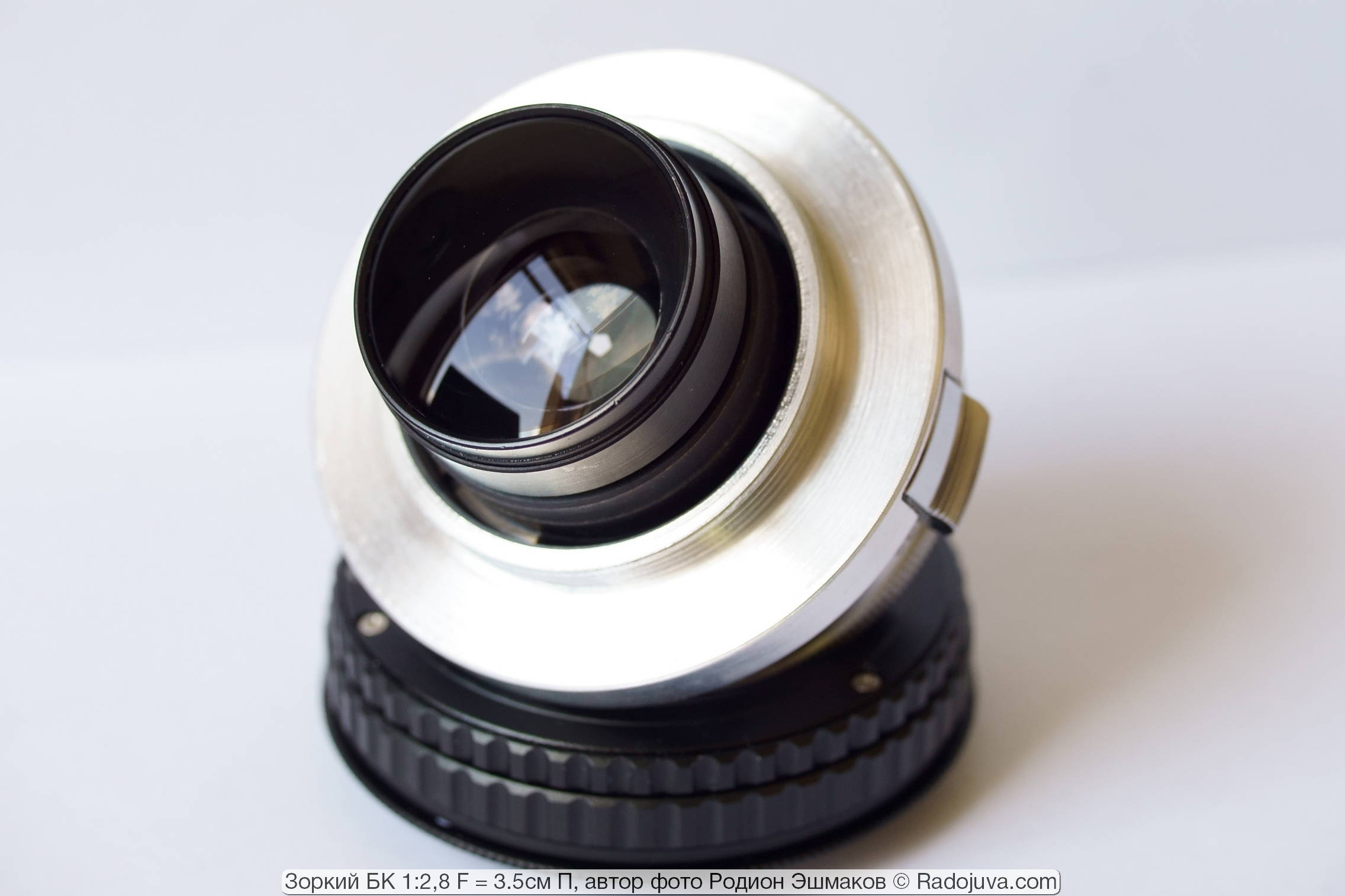 Задняя линза объектива совершенно беззащитна, а ее повреждение является крайне критичным для изображения из-за близости к матрице: видно будет каждую царапину.