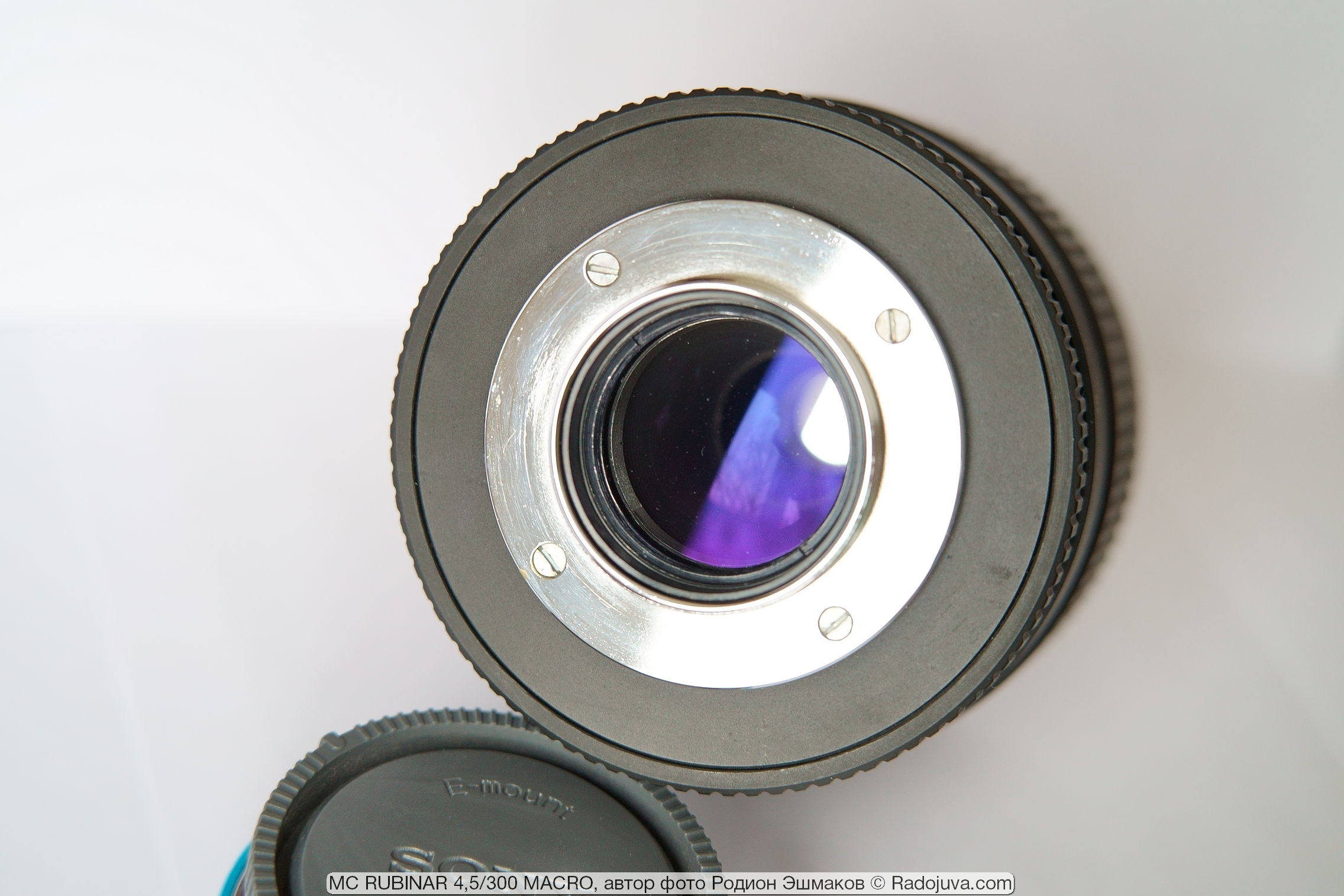 "The small lens at the rear of the objective is a field curvature corrector. Known among astronomers as the ""Field Flattener"", it is a negative lens (""Barlow lens"")."