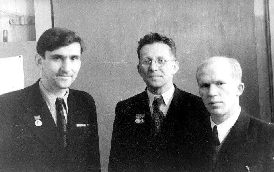 М.М. Русинов (в центре) [2].
