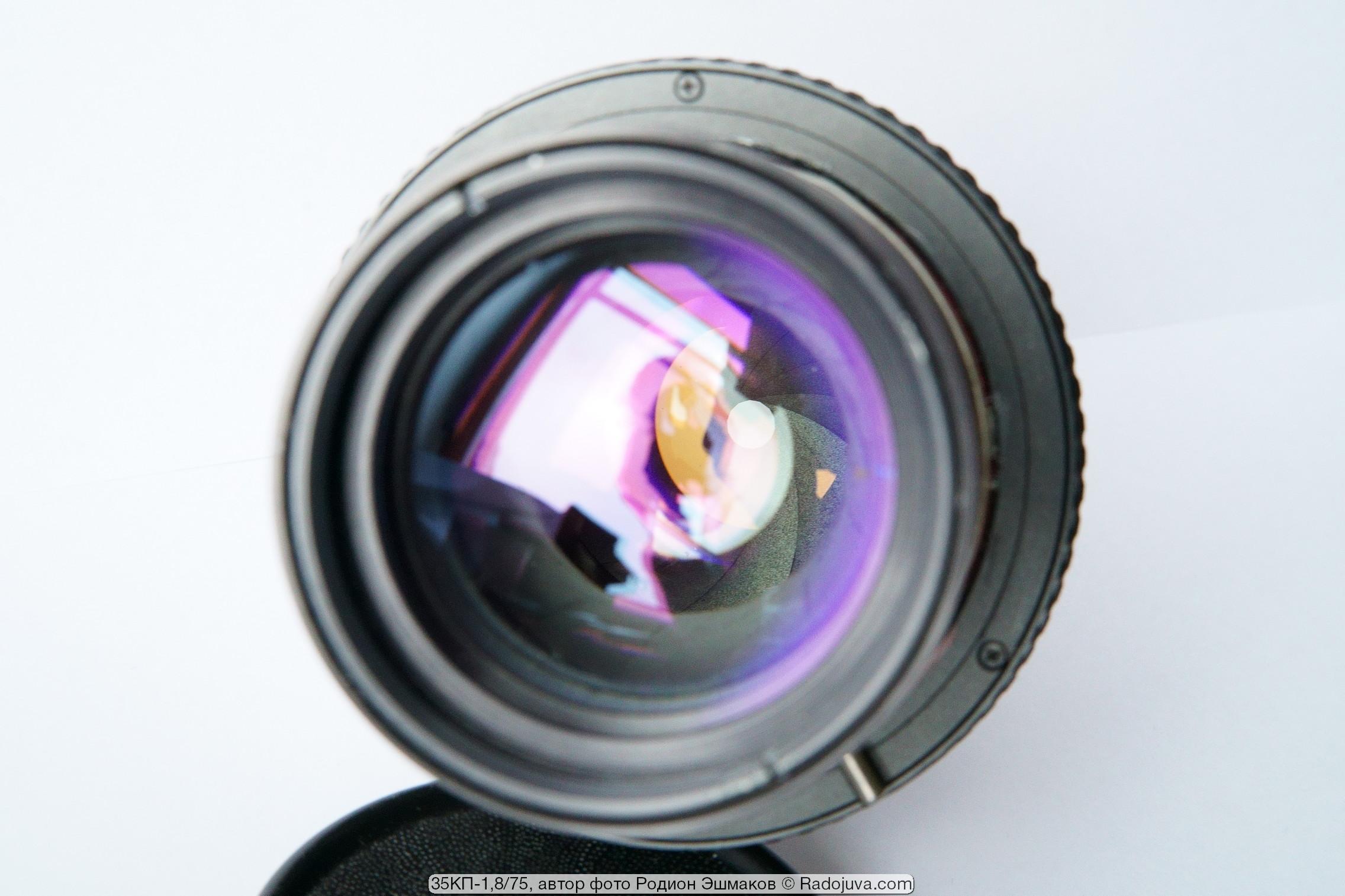 Вид двойной ирисовой диафрагмы объектива через переднюю линзу: апертурная прикрыта, залинзовая закрыта.