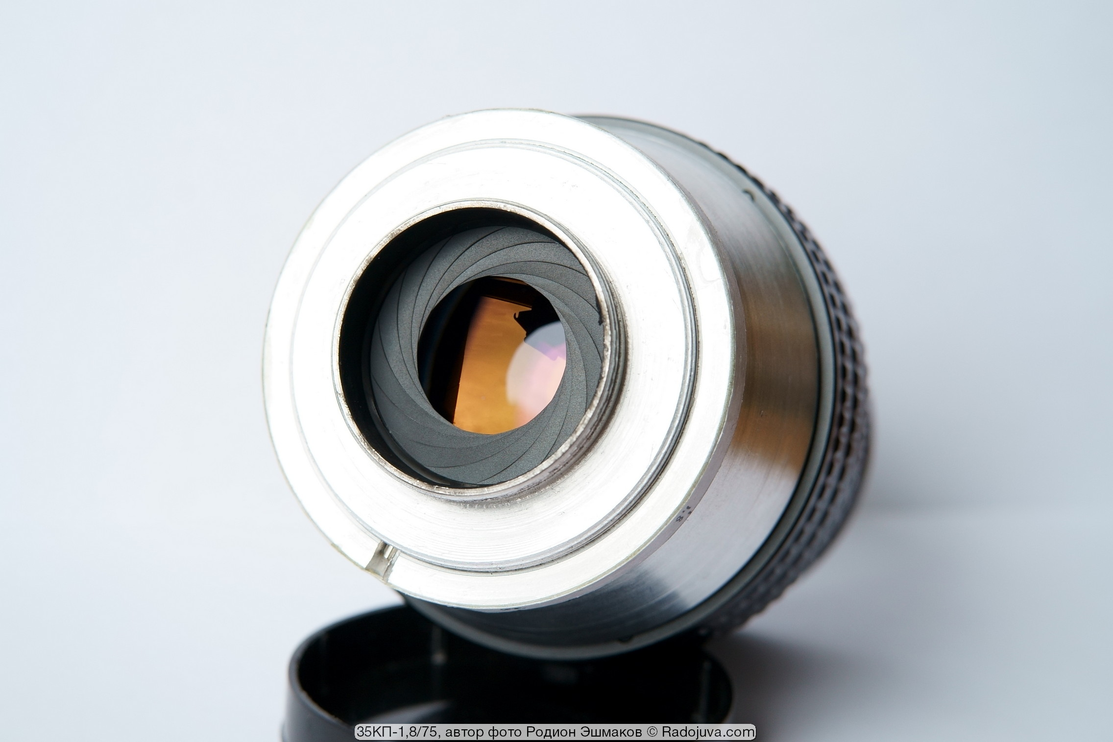 Залинзовая диафрагма установлена в хвостовике объектива и регулируется своим кольцом.