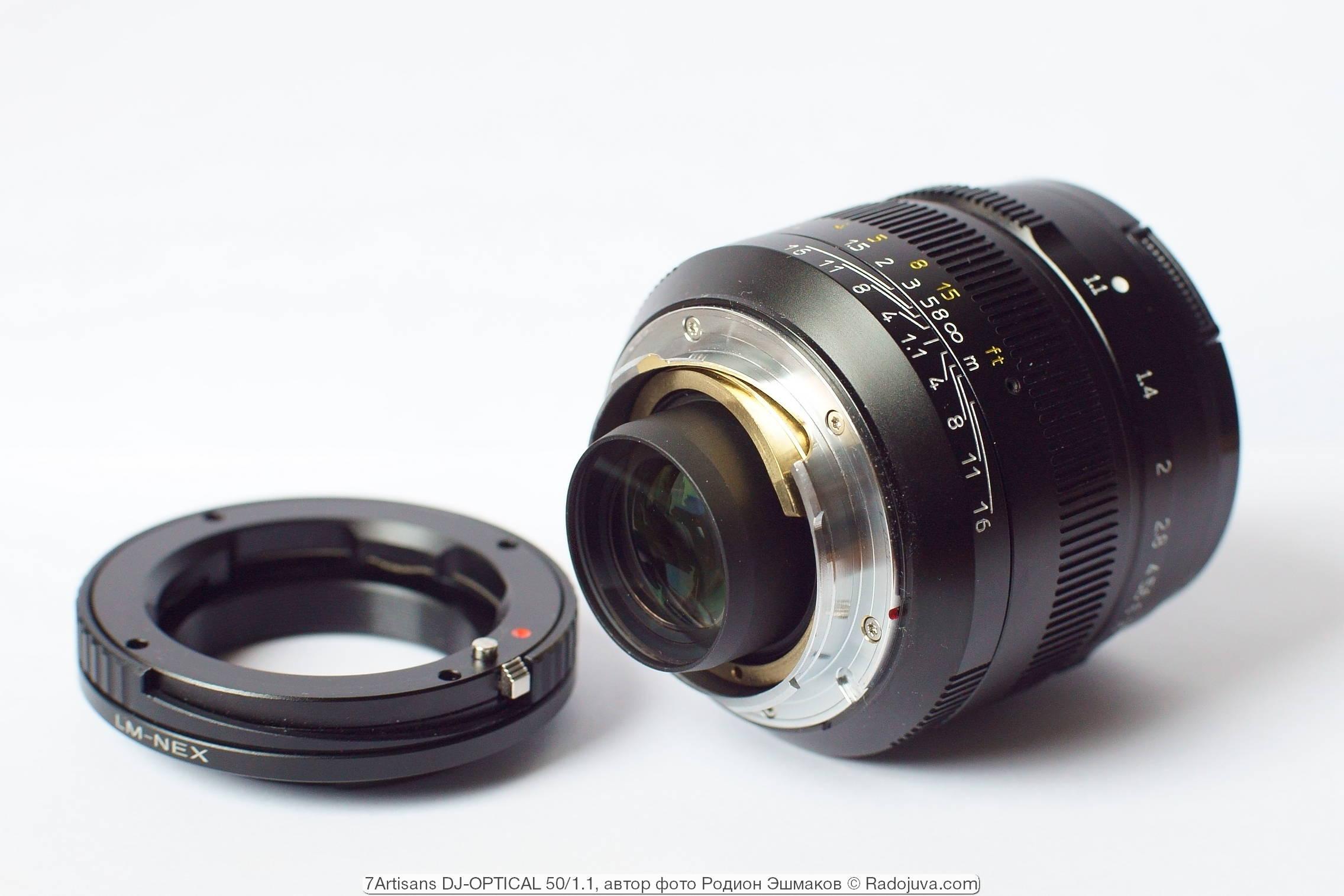 Вид 7artisans 50/1.1 со стороны байонета. Слева — адаптер Leica M-NEX, совмещенный с макрогеликоидом.