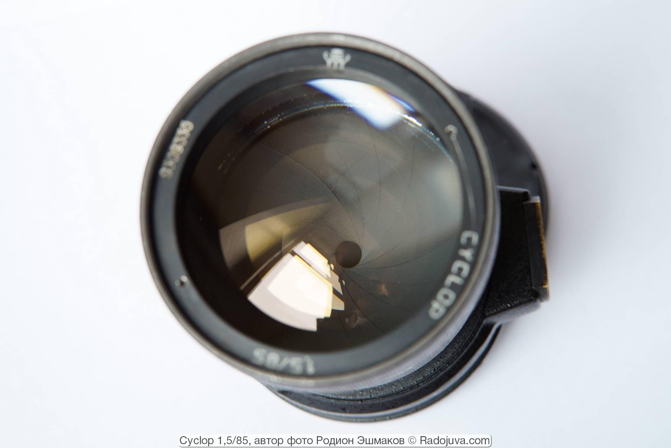 Вид установленной внутрь объектива многолепестковой ирисовой диафрагмы.