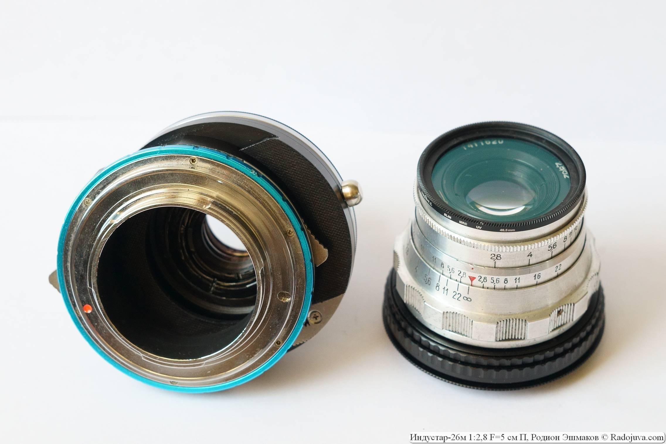 Индустар-26м, адаптированный для зеркальных камер (слева), с адаптером Fotodiox Shift EOS-NEX в положении максимального смещения оптической оси.