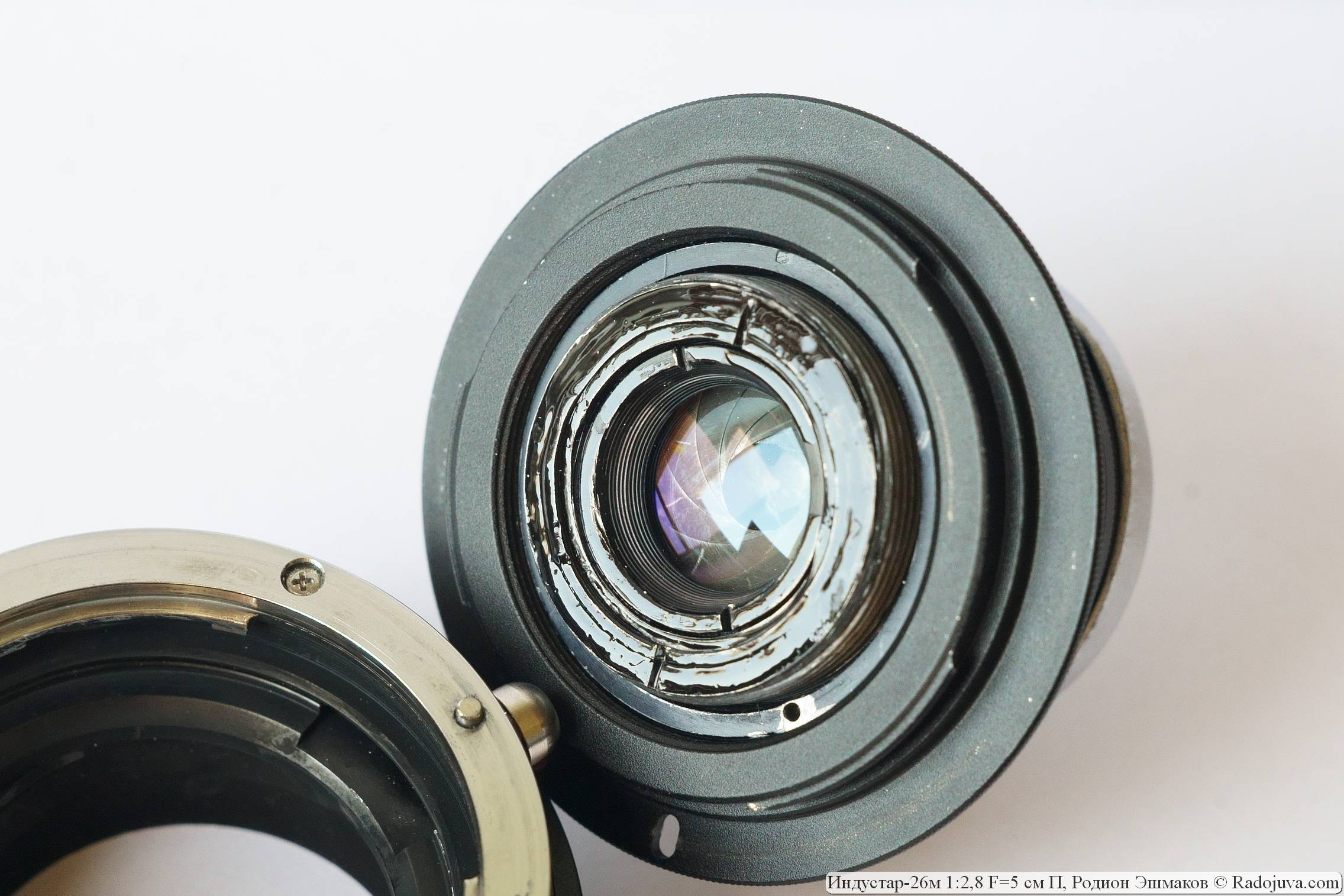 Часть геликоида выступает за пределы байонета EF переходника М42-EOS, потому с полнокадровыми зеркальными камерами объектив получился несовместим. Задняя часть объектива была матирована далее.